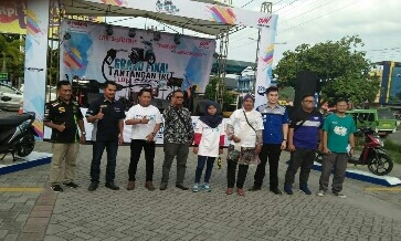 Foto bersama dengan peserta.