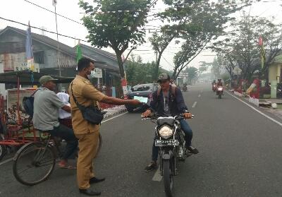 Pembagian masker kepada masyarakat di Bagansiapiapi.