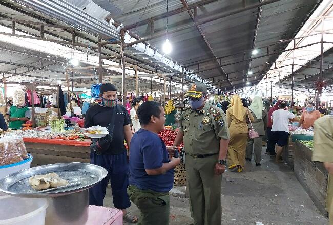 Dalam razia masker, tim Yustisi Protokol Kesehatan Covid-19 mendapati salah satu pedagang di Pasar Bunda Sri Mersing Dumai tidak menggunakan masker, lalu diberi sanksi sosial.
