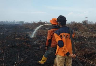 Tim Pemadam Karhutla Kota Dumai tengah melakukan pendinginan di Kelurahan Bangsal Aceh Kecamatan Sungai Sembilan Kota Dumai belum lama ini.