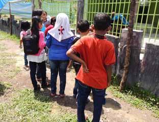 Pengunjung kebun binatang kasang kulim