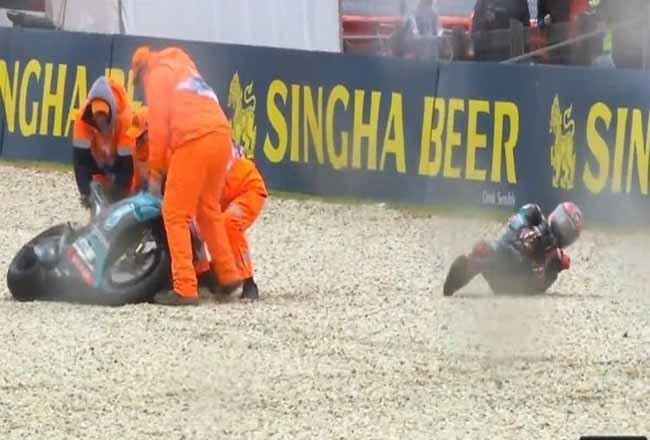 Pebalap Petronas Yamaha SRT, Fabio Quartararo, highside crash di tikungan keenam pada menit-menit akhir sesi FP1 MotoGP Australia 2019 yang digelar di Sirkuit Philip Island, Australia, Jumat (25/10/2019). Foto: Kompas