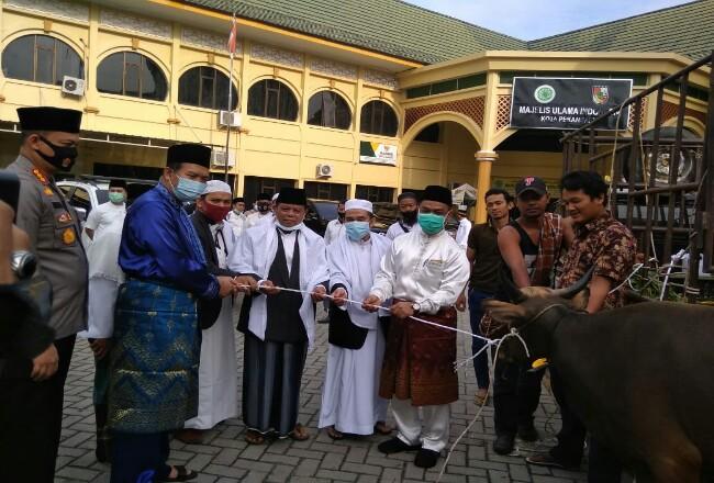 Wako Pekanbaru Dr H Firdaus ST MT menyerahkan hewan kurban kepada pengurus Masjid Ar Rahman usai melaksanakan salat Idul Adha 1441 Hijriah, Jumat (31/7/2020. Foto: Riaupos