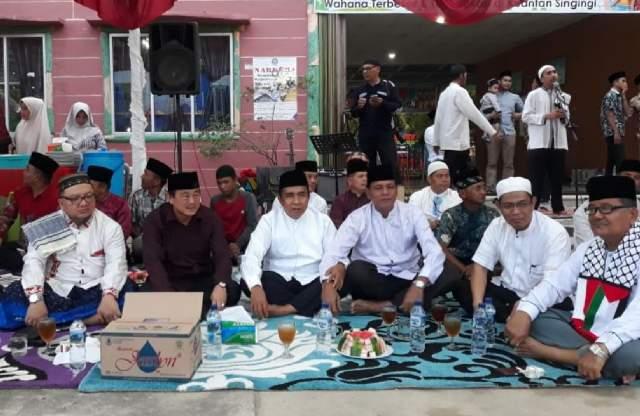 Wabup Halim, bersama mantan Wabup Kuansing H Zulkifli dan mantan Ketua DPRD Muslim saat acara buka puasa bersama.
