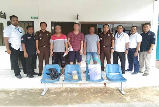 Pelaku pemburuan satwa Harimau saat diserahkan Gakkum KLHK Riau ke Kejari Pelalawan.