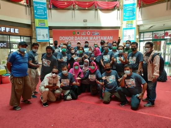 Keluarga besar PWI Riau bersama panitia donor darah foto bersama, Selasa (23/2/2021).