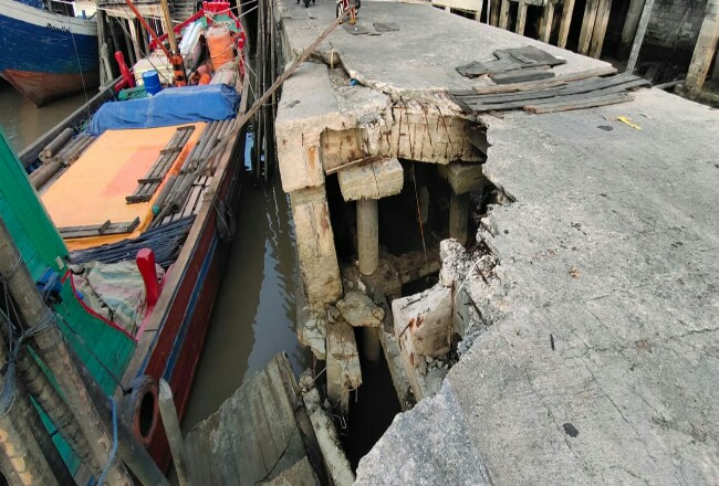 Turap Pelabuhan Camat roboh yang menyebabkan dua buruh luka dan dilarikan ke RSUD.