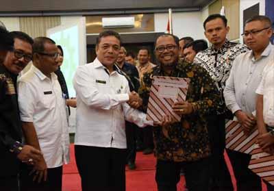 Kepala Disnakertrans Provinsi Riau Rasidin Siregar menyerahkan Penghargaan Zero Fatality diterima oleh Pjs. HSSE Manager Pertamina RU II Dumai Siswanto.