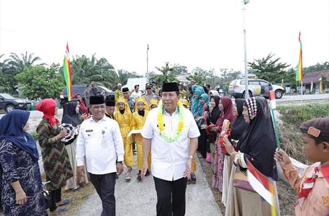 Bupati Rohul H.Sukiman menghadiri HUT ke 61  Desa Kepenuhan Hilir, Kecamatan Kepenuhan yang digelar meriah, sekaligus melihat prosesi khitanan massal.