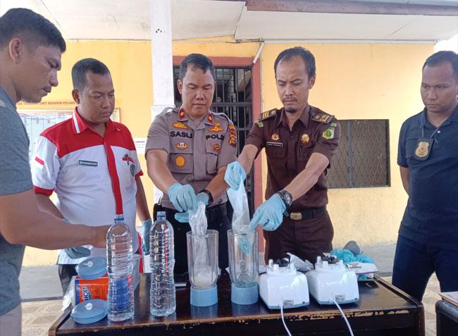 Pemusnahan barang bukti (BB) narkotika jenis sabu-sabu seberat 154,95 gram dan pil ekstasi seberat 77,66 gram dengan cara diblender.
