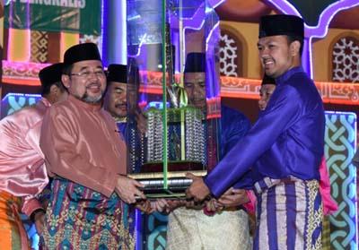 Camat Ade Suwirman menerima piala juara umum MTQ ke-43.
