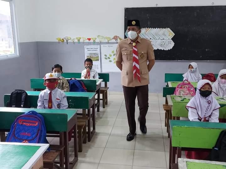 Bupati Kepulauan Meranti H Muhammad Adil saat memantau kondisi diterapkannya sekolah tatap muka beberapa waktu lalu