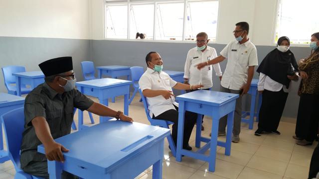Bupati Kepulauan Meranti, Drs H Irwan Nasir di salah satu sekolah.
