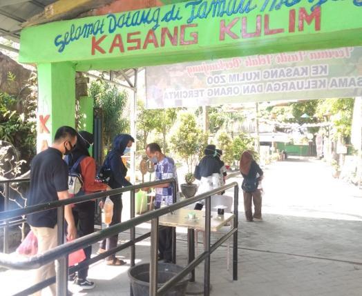 Pengunjung Kasang Kulim wajib mengenakan masker.