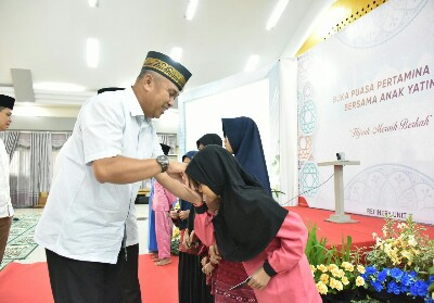 General Manager Pertamina RU II Dumai Nandang Kurnaedi menyerahkan bantuan kepada yatim diBalai Pertemuan Sasana Mitra Bukit Datuk Kota Dumai.