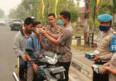 Kapolres Inhu AKBP Dasmin Ginting SIK membagikan masker secara gratis kepada masyarakat dan pengguna jalan.