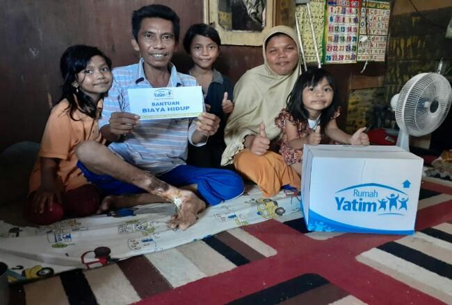 Jamil dan keluarga dapat bantuan dari Rumah Yatim.