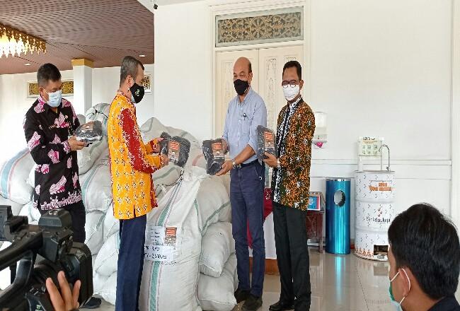 Penyerahan masker kepada Gubernur Riau Syamsuar.
