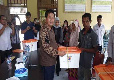 Sekda Rohul H Abdul Haris serahkan secara simbolis bantuan untuk peralatan dapur warga yang rumahnya tekena musibah angin puting beliung di Kelurahan Rokan, Kecamatan Rokan IV Koto.