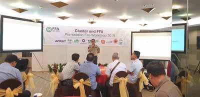 Manager Program Desa Bebas Api, Sailal Arimi menjelaskan upaya apa saja yang dilakukam pihakmya dalam menanggulangi Karhutla pada Cluster and Fire Free Alliance (FFA) Pre Season Workshop yang dilaksanakan pada 24-25 Juli 2019 di Pekanbaru.
