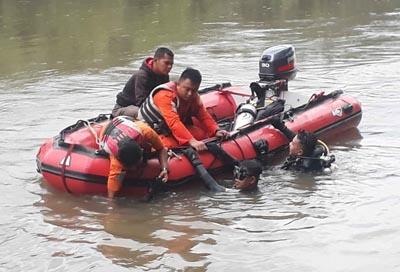 Tim Basarnas Rohul terus lakukan pencarian terhadap pelajar tenggelam, Aldo, yang hanyut dan tenggelam terserat arus Sungai Rokan saat mendi dengan rekan rekannya.