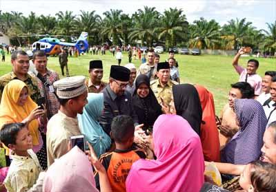 Wagubri H Edy Nasution disambut santri dan masyarakat dengan sukacita di Ponpes Al – Kahfi Kecamatan Bangun Purba, Rohul. FOTO: Humas
