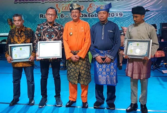 Bupati Natuna, H Abdul Hamid Rizal, M.Si berfoto bersama kepada para penerima penghargaan pada momen HUT ke-20 Kabupaten Natuna