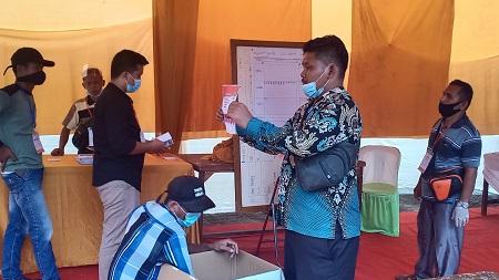 Petugas PPK Tambusai Utara, lakukan pleno rekapitulasi hasil pelaksanaan Pemilihan Suara Ulang (PSU) Pilkada Rohul 2020 yang digelar di 25 TPS Tambusai Utara