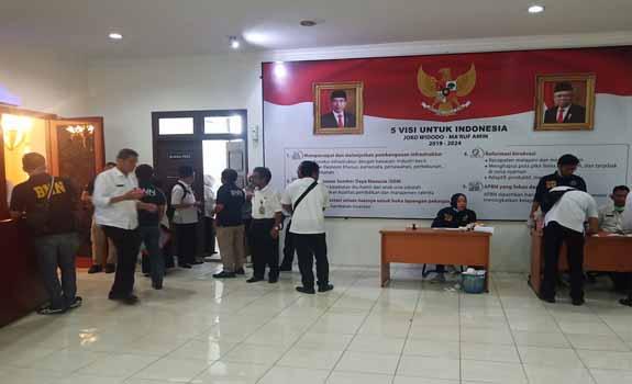 Sejumlah PNS Pemprov Riau saat melakukan tes urine.