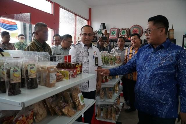 Wawako Dumai Eko Suharjo didampingi GM Pertamina RU II Dumai M. Dharmariza melihat produk UKM yang dijual di Rumah Kreatif BUMN.