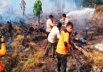 Tim Karlahut Polsek Rambah dan Korsnil 02/Rambah, berupaya padamkan api yang membakar lahan sekitar satu hektar di Desa Rambah Tengah Utara, Kecamatan Rambah yang sudah diimas tumbang pemiliknya.