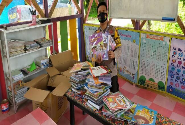 Buku yang didonasikan oleh Ketua Bhayangkari Riau.
