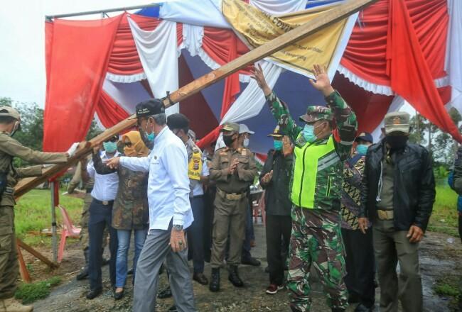 PSST Desa Banduldicabut yang ditandai dengandibukanya portal penghalang yang dipasang di pintu masuk desa tersebut oleh Wakil Bupati Kepulauan Meranti, Drs H Said Hasyim.