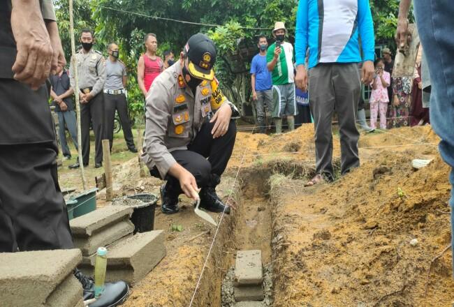 Polres Inhu membangun rumah untuk seorang warga di Desa Sungai Baung.