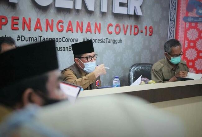 Walikota Dumai H Zulkifli As memimpin rapat koordinasi penanganan virus Corona di Command Center Diskominfo Kota Dumai Senin kemarin.