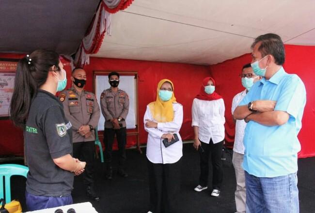 Kadiskes Provinsi Riau tinjau posko pengamanan Natal dan tahun baru di Jalan Sudirman Dumai, Sabtu (26/12/2020).