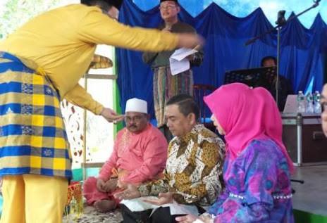 Edy Nasution bersama sang istri Suti Mulyati ditepuk tepung tawar oleh Azwar Aziz, H Syamsurizal, Damsir Ali, Topan, dan sejumlah tokoh masyarakat lainnya di Rohul.