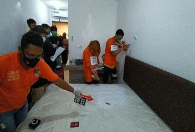 Rekonstruksi pembunuhan disertai mutilasi terhadap Rinaldi Harley Wismanu di Pasar Baru Mansion, Jakarta Pusat, Jumat (18/9). Foto: CNNIndonesia