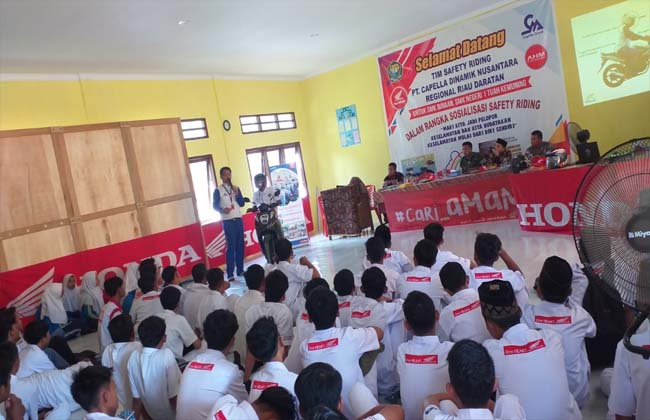 Instruktur Safety Riding PT CDN Riau, Abdullah Hamdi Batubara saat menyampaikan ilmu berkendara di SMKN 1 Tuah Kemuning.