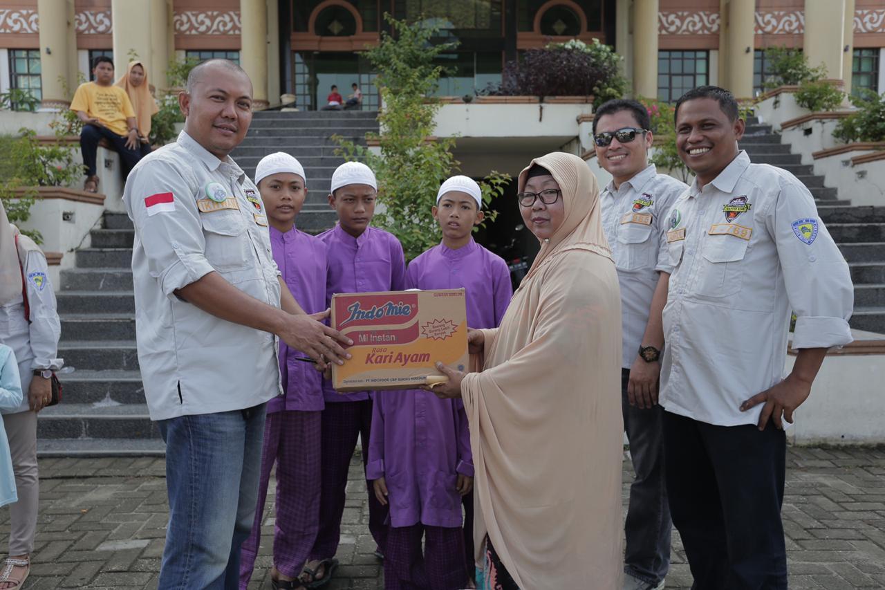 Penyerahan bantuan dari pengurus ID42NER Chapter Riau