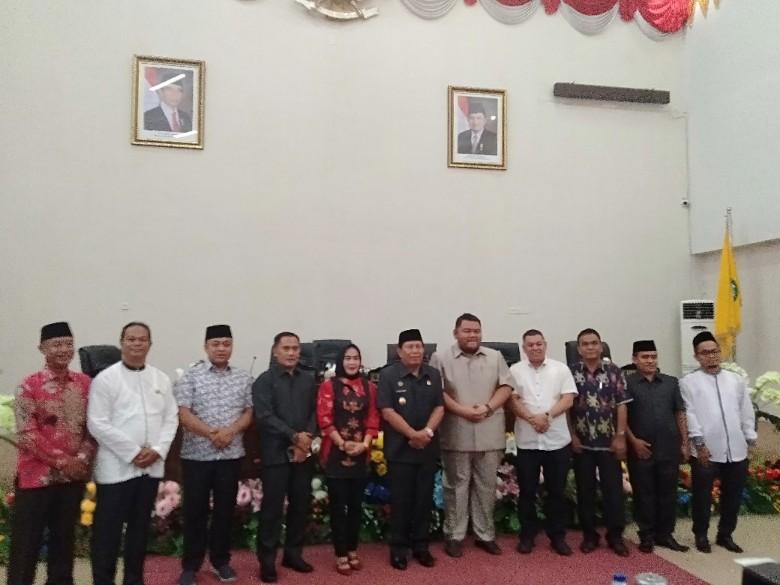 Ketua DPRD Rohul sementara Novliwanda Ade Putra, foto bersama dengan pimpinan DPRD sementara dsn ketua Fraksi serta lainnya usai diumumkan di dalam rapat paripurna masa sidang pertama