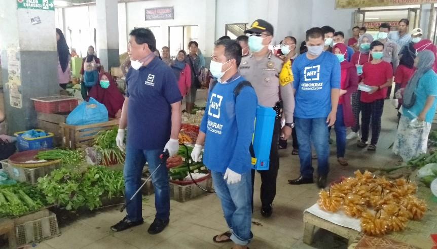 Anggota DPR RI Komisi VIII Achmad, turun bersama relawan RS Awal Bross dan Partai Demokrat, lakukan penyemprotan disinfektan dan bagi masker ke 12 titik lokasi.
