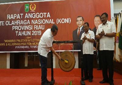 Gubernur Riau, Syamsuar memukul gong disaksikan Perwakilan KONI Pusat, Suwarno (kanan) dan Ketua KONI Riau, Emrizal Pakis.