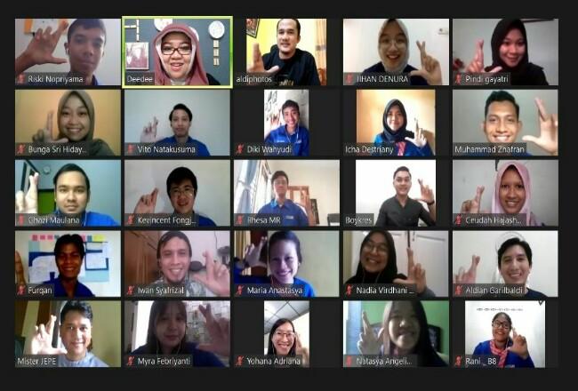 Sebanyak 27 mahasiswa XL Future Leaders dari berbagai kampus di Sumatera mengikuti kegiatan industrial visit yang dilakukan secara telekonferensi, Sabtu (4/7/2020). Mereka mendapatkan pemaparan tentang proses bisnis yang dijalankan XL Axiata sebagai perusahaan layanan telekomunikasi dan data.