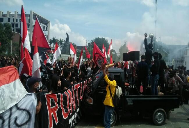 Massa berorasi di depan Kantor Gubernur Riau.