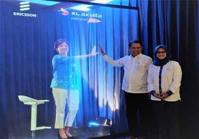 Direktur Teknologi XL Axiata, Yessie D. Yosetya ( kiri, dalam bentuk hologram ) menyapa Menteri Komunikasi dan Informatika RI, Rudiantara dan Presiden Direktur & CEO XL Axiata, Dian Siswarini dalam acara Uji Coba Layanan 5G XL Axiata dan Fiberisasi Jaringan di Jakarta, Rabu (21/8).