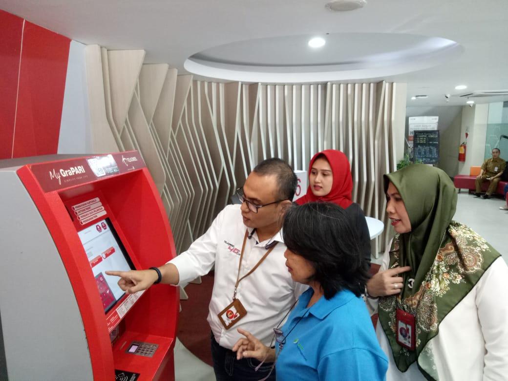 GM Sales Sumbagteng Area, Ihsan melayani pelanggan.