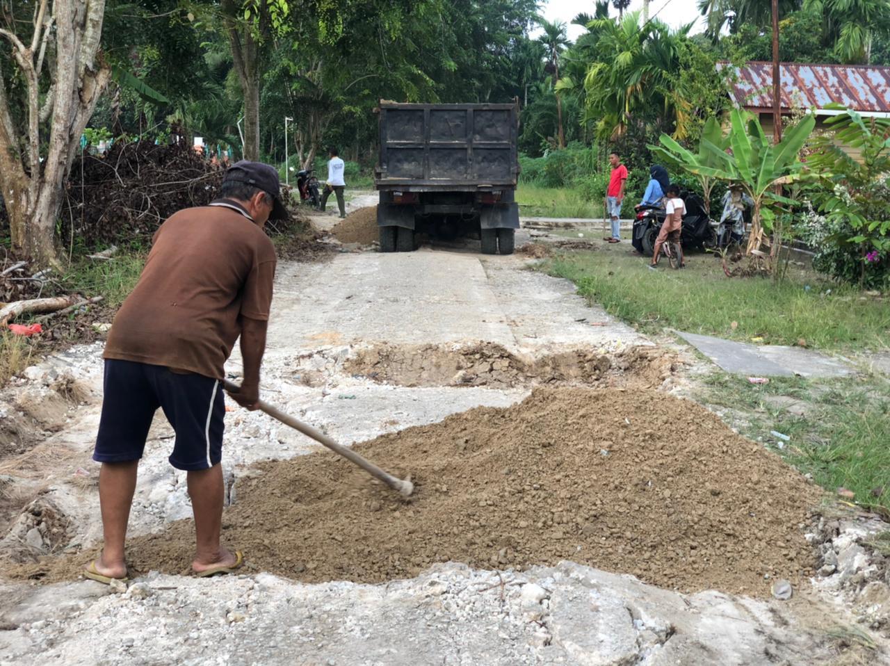 Bina Marga DPUPRPKP Kepulauan Meranti bantu material untuk menutupi jalan berlubang di Desa Mekong