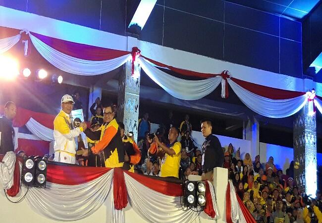 Wagubri Edy Natar Nasution (kanan) menyerahkan piala bergilir ke Gubernur Bengkulu saat pembukaan Porwil Sumatera X di lapangan GOR Semarak Sawah Lebar, Bengkulu, Sabtu (2/11) malam.