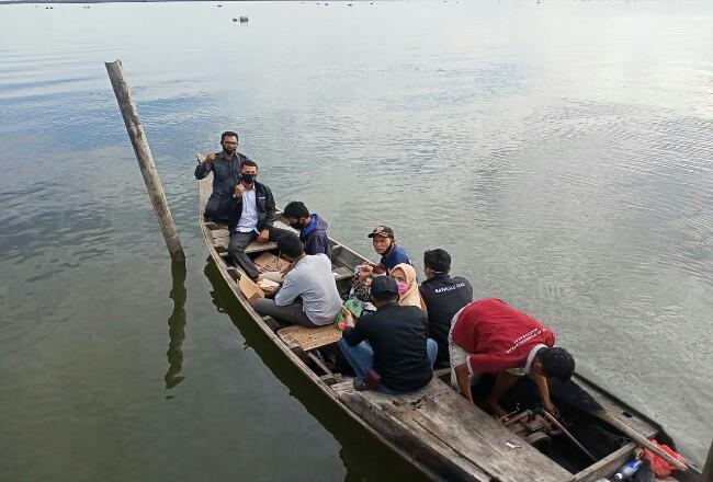 Petugas menggunakan sampan motor, dengan jarak tempuh perkiraan 45 menit untuk menuju permukiman yang dilalui dari laut menuju Sungai Baru.